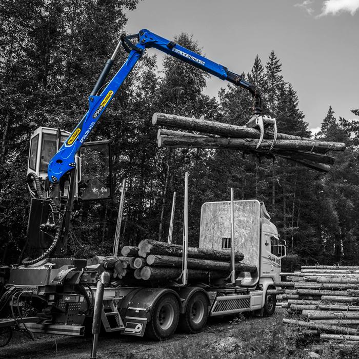 Skogskran som lyfter virke